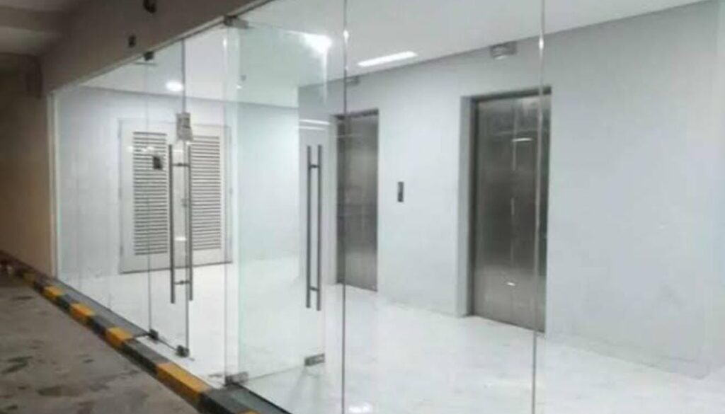 Pintu kaca frameless dan pathfitting